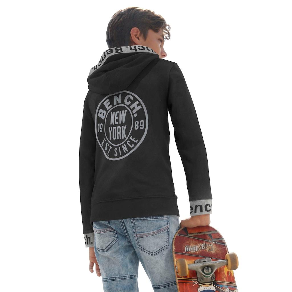Bench. Kapuzensweatshirt, mit reflektierenden Drucken