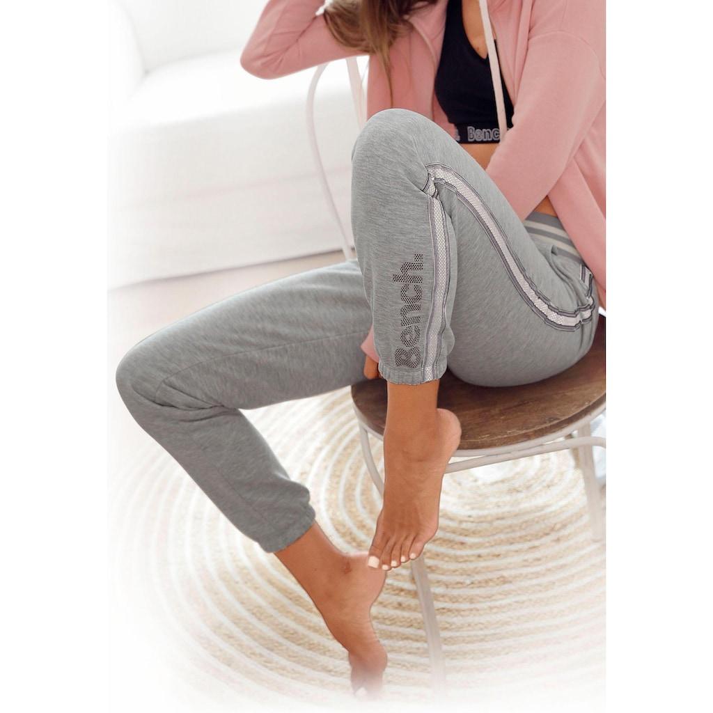 Bench. Relaxhose, mit gestreiftem Bund und Glanzprint