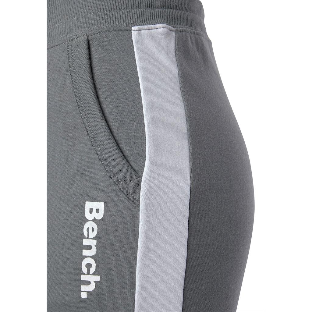 Bench. Sweathose, mit Seitenstreifen und schmalem Bein