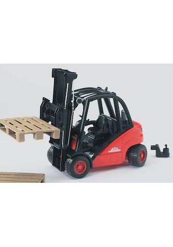 Bruder® Spielzeug-Gabelstapler »Linde H30D mit Anhängerkupplung und 2 Paletten«, Made... kaufen