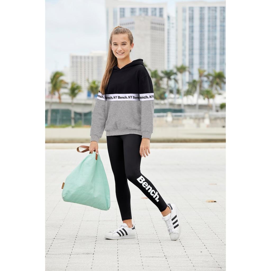 Bench. Kapuzensweatshirt, mit fortlaufendem Logodruck
